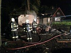Požár chaty už nebylo možné zastavit. Požár zřejmě někdo založil úmyslně.
