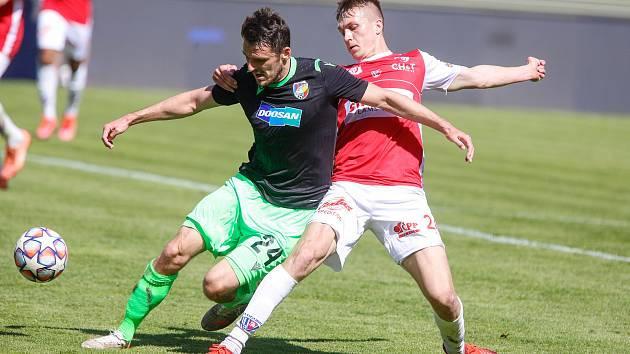 Fotbalové utkání Fortuna ligy mezi FK Pardubice (v červenobílém) a FC Viktoria Plzeň ( v černozeleném) na Městském stadionu Ďolíček v Praze.