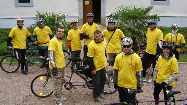 Ve žlutých tričkách vyrážejí zrakově postižení na výlet.
