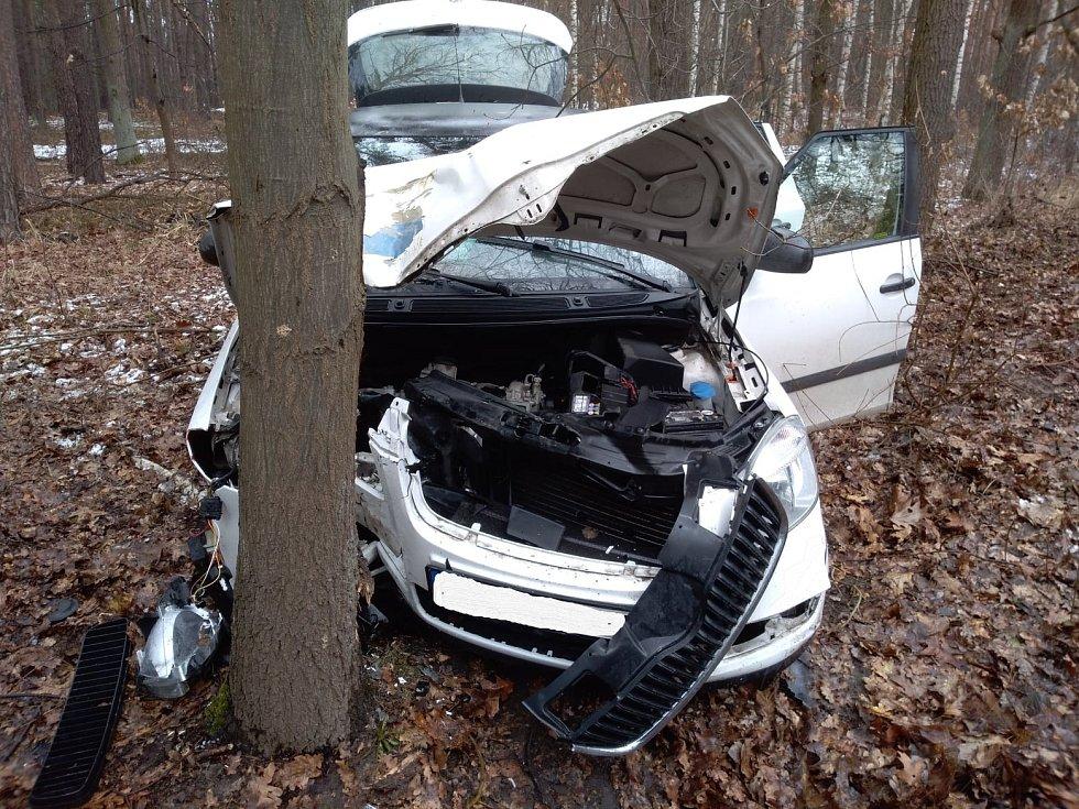 Auto po nárazu do stromu začalo hořet.