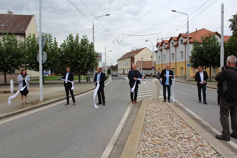 Obyvatelé Lázní Bohdaneč se dočkali. Ode pondělí 20. září už přes jejich město nesmí jezdit kamiony. V pondělí zástupci okolních měst a kraje slavnostně přestřihli pásku.