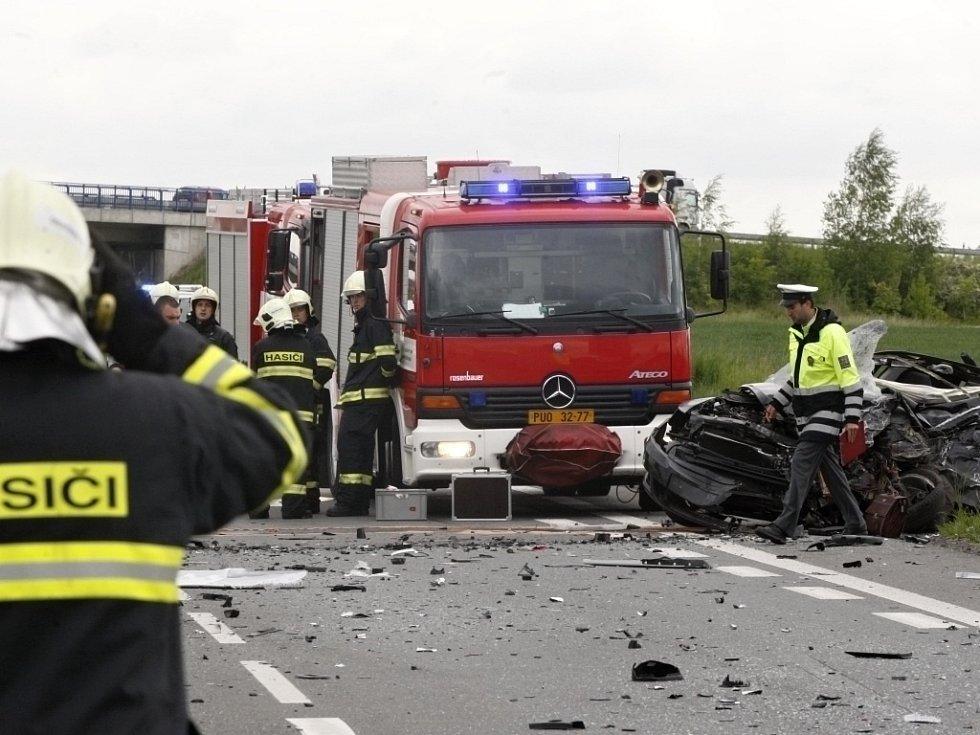 Střet s nákladním vozidlem měl tragické následky. Řidič osobního vozidla náraz nepřežil.