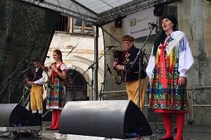Na choltickém deštníku se v sobotu představila také dudácká kapela.