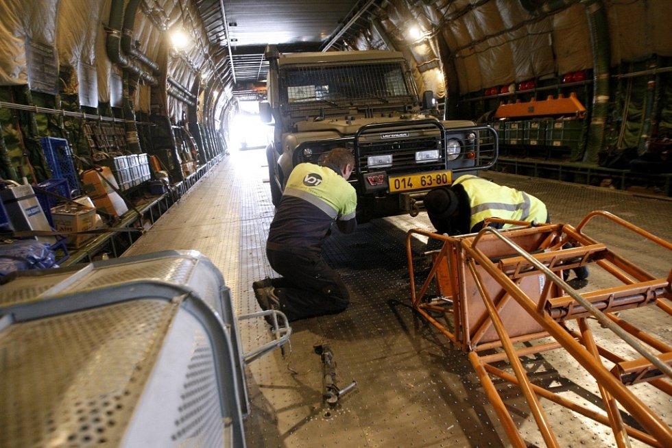 Každý náklad na palubě musí být řádně připevněn. Řetězy drží kotvy zapustitelné přímo do podlahy nákladového prostoru.