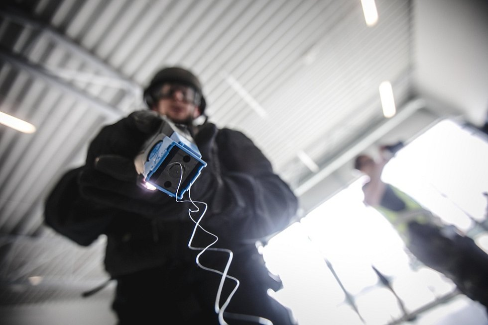 Jednou ze zbraní použitých při nácviku byl i taser - elektrický paralyzér. Nesmrtící zbraň vhodná právě pro takové situace.