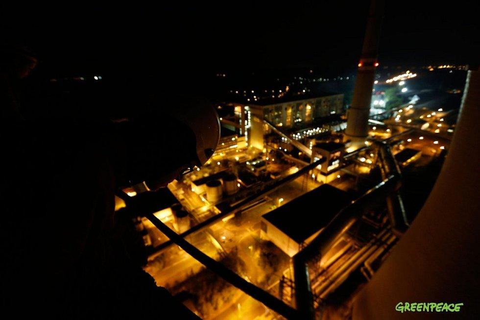 Výstup aktivistů na chladící věž elektrárny Chvaletice.