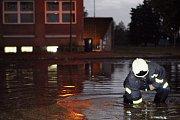 Likvidace následků přívalových dešťů na bohdanečském sídlišti Na Lužci
