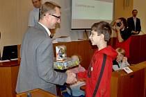 RADNÍ Pavel Šotola předává cenu Lukáši Culkovi z Heřmanova Městce.