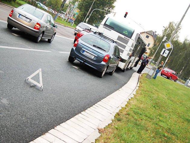 Střet osobního vozu a autobusu na křižovatce Anenská