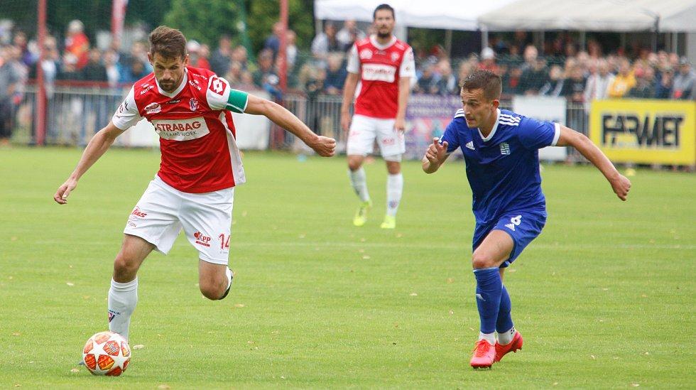 Utkání Fobalové národní ligy mezi FK Pardubice (ve červenobílém) a FC Slavoj Vyšehrad (v modrém) na hřišti pod Vinicí v Pardubicích.