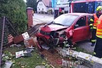 V Dašicích skončilo auto v plotu baráku