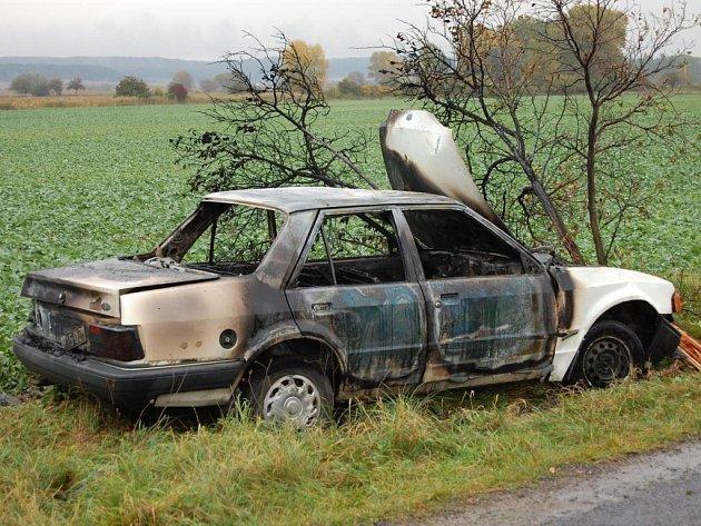 Vůz po nárazu v Dolní Robni na Pardubicku vzplanul. Policie na místo povolala psovoda, jelikož bylo nutné najít posádku, která z kradeného vozidla utekla.  Škoda byla předběžně vyčíslena na 30 tisíc korun.