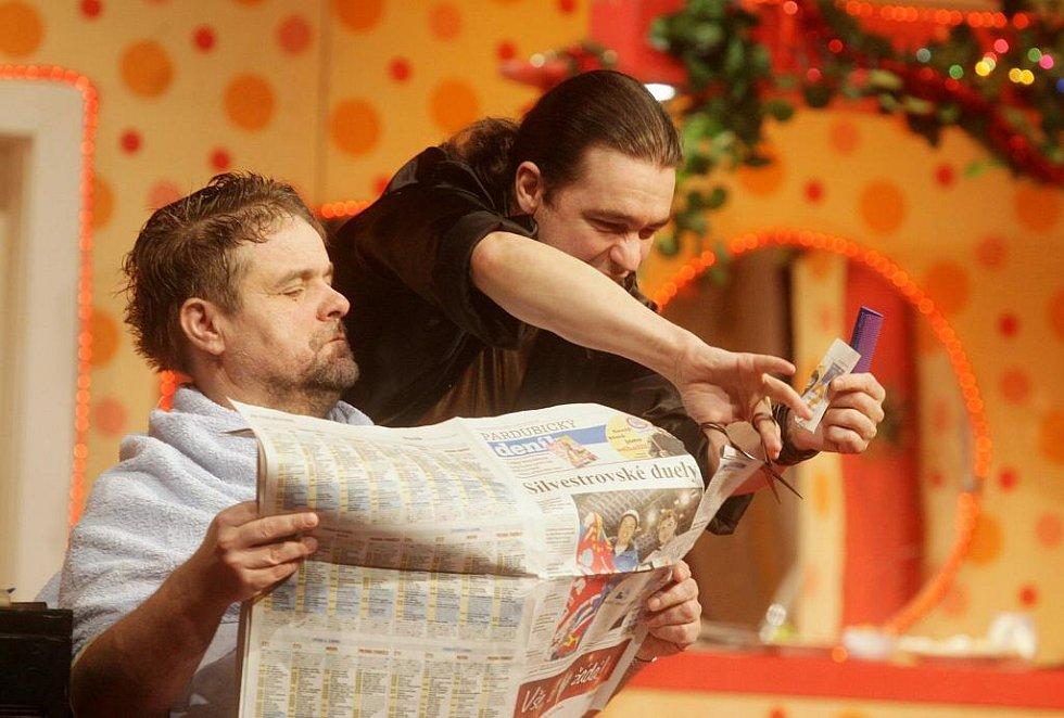 Silvestrovské představení pardubického divadla - Bláznivé nůžky - mělo tečku v podobě vyhlášení inscenace roku. Tou se stal Amadeus.