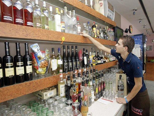 Prohibice končí. Alkohol, který může, se už vrací zpět na svá místa nad barem.