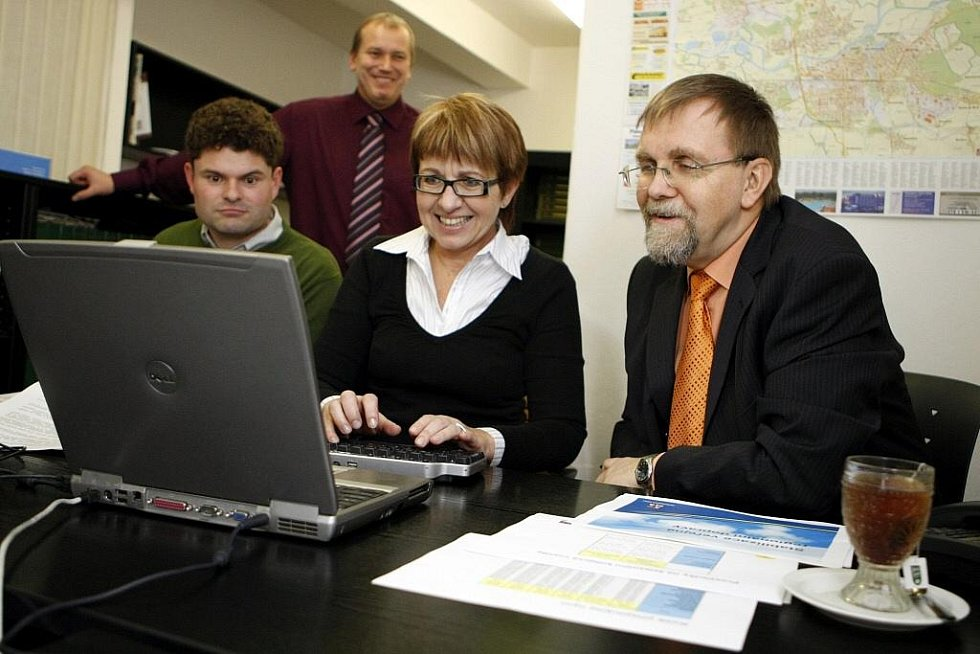 Hejtman Radko Martínek a jeho mluvčí Magdalena Navrátilová při on-linu v redakci Pardubického deníku.