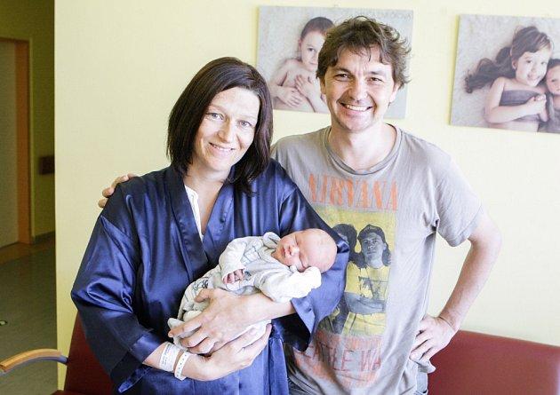 RADEK JENÍK se narodil 13. června v 8 hodin a 15 minut. Měřil 51 centimetrů a vážil 3580 gramů. Maminku Kateřinu u porodu podpořil tatínek Jiří a bydlí v Pardubicích.