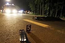 Muž se chtěl prospat na silnici, vzápětí jej ale přejelo osobní auto