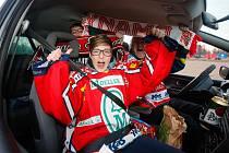 Atmosféru hokejového play off si mohli fanoušci užít v areálu Pardubického závodiště v historicky prvním Hokejovém autokině.
