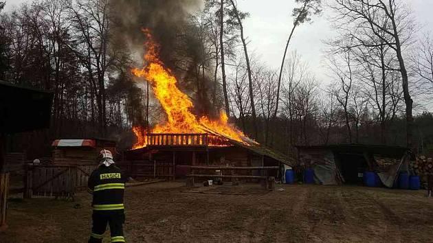 Pod Kunětickou horou hoří ranč