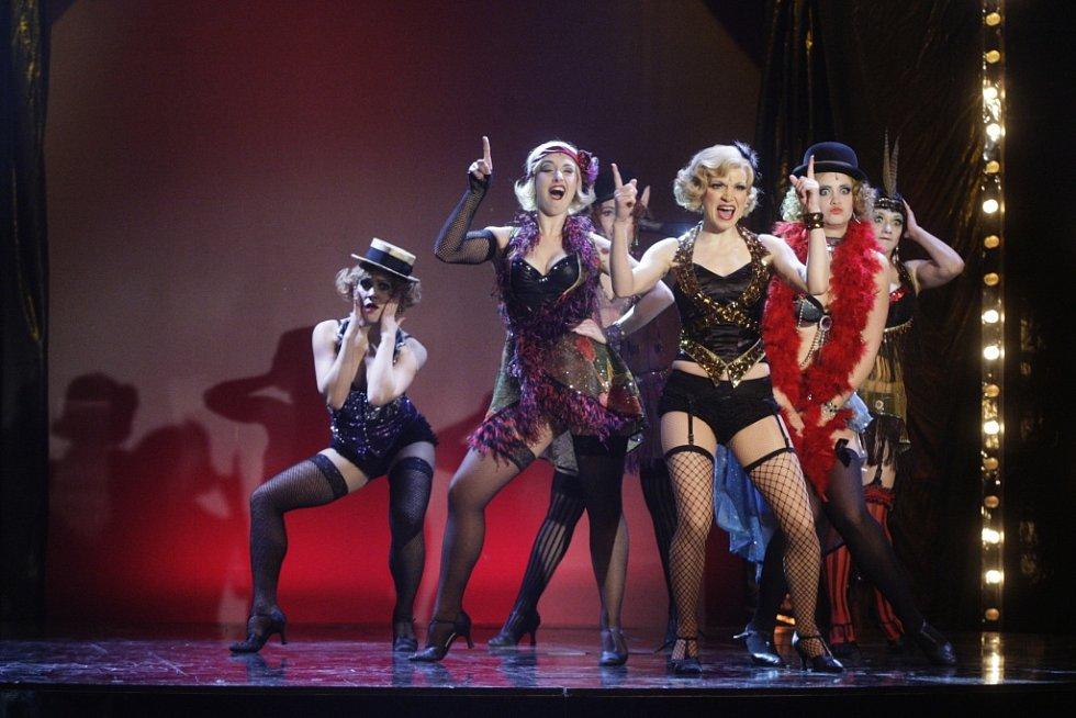 Galavečer smíchu 2015 v pardubickém divadle. Martina Sikorová a vystoupení z muzikálu Cabaret.
