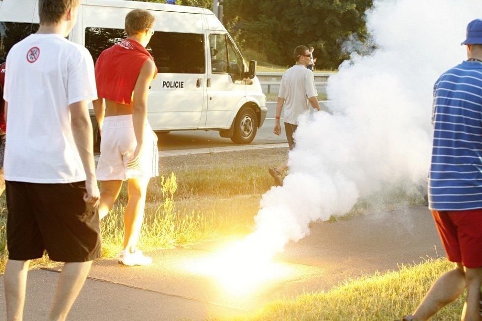 A důrazné napomenutí vzápětí dostali i pardubičtí za rozhazovanou pyrotechniku.