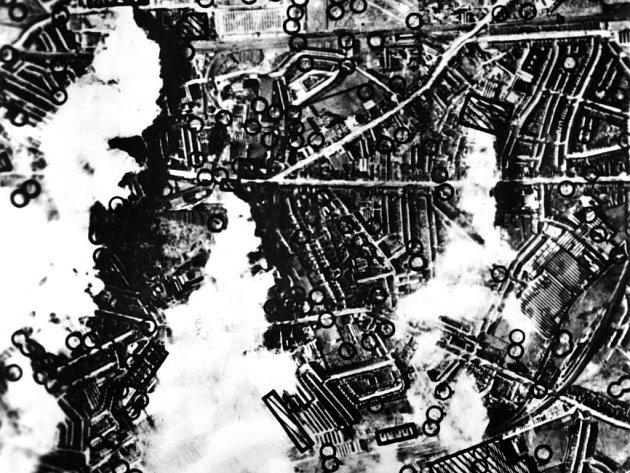 Zákres výsledků bombardování. Jak je ze značek vidět, bomby na město napadaly skutečna nahusto.