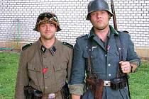 Milovník vojenské historie - Michal Kašpar vlevo