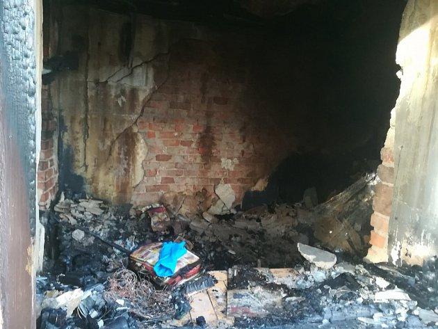 Vtroskách domu našli hasiči dvě ohořelá těla