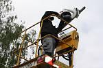Inteligentní, plně automatizované kamery napojené na Policii instalované včera v Uhersku (na snímku) začnou sloužit po neděli. Pilotní projekt čtrnácti přejezdů vyšel na pět milionů korun.