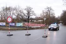 Voda zaplavila část vozovky u Vysoké nad Labem. Silnice je proto do odvolání uzavřena.