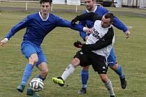 Moravany (v modrém) i Holice (bíločerném) shodně prohrály venku o gól.