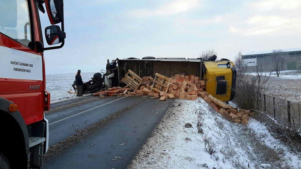 Kamion s cihlami se před Ostřetínem ocitl na boku. Silnice mezi Vysokým Mýtem a Holicemi byla ve čtvrtek několik hodin neprůjezdná.