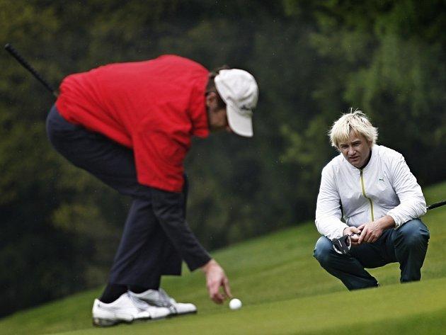 Herec Jan Antonín Duchoslav (vlevo) a zpěvák Kryštof Michal zavítali na benefiční golfový turnaj.