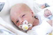 TOMÁŠ VERNER se narodil 25. ledna v 15 hodin a 15 minut. Měřil 48 centimetrů a vážil 2240 gramů. Maminku Martinu podpořil u produ tatínek Jan. Doma v Pardubicích na nového sourozence čeká třiapůlletá Tereza.