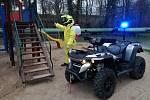 V Chrudimi frekventovaná místa dezinfikují hasiči.
