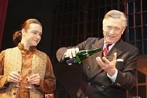 Petr Kostka se na scéně pardubického divadla ujal křtu CD z muzikálu Muž z kraje La Mancha