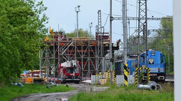 Stavba mostu přes železniční koridor u Uherska. Zdroj: FB Dostavba D 35
