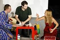 DEN NA ZKOUŠKU. V něžné hudební komedii se v hlavních rolích představili herec Lumír Olšovský, který ji též napsal a režíroval, a zpěvačka Monika Absolonová. Ve středu s ní zavítali do Pardubic.