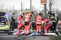 Vážná dopravní nehoda v Pardubicích za odbočkou na Doubravice. Kamion srazil muže a způsobil mu těžká zranění.