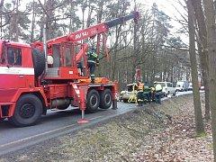 Auto z příkopu vyprošťovali hasiči pomocí jeřábu.