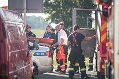 Při pádu do montážní jámy si žena zlomila nohu. Hasiči ji po šetrném vyzvedutí předali záchranné službě.