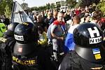 A dál ani krok. Policejní těžkooděnci zahradili davu cestu. Směrem k ubytovně pustili jen místní občany.