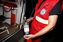 Nedopitá láhev alkoholu, kterou se posilňovala pacientka, která zkolabovala se 4 promilemi na křižovatce v Přelouči.