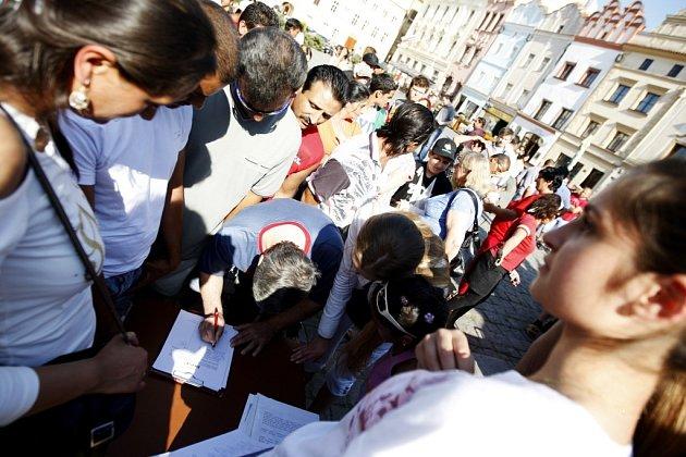 Romská demonstrace proti neonacismu na Pernštýnském náměstí v Pardubicích