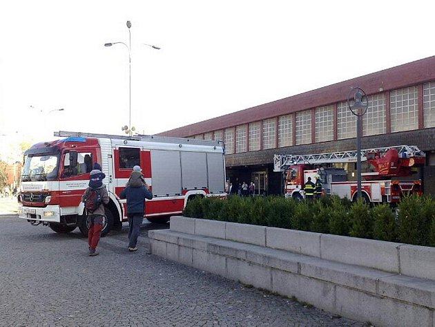 Zasahující hasiči u pardubického hlavního nádraží