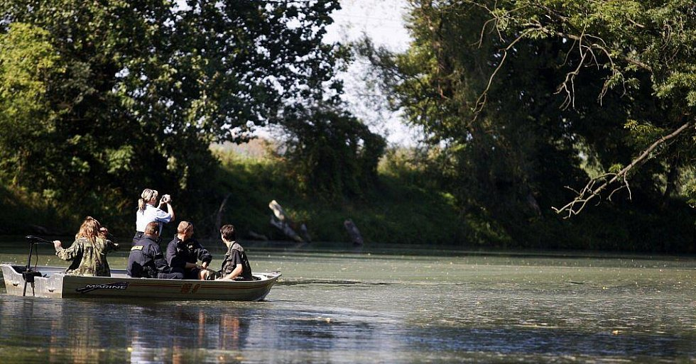 Policisté spolu s rybářskou stráží kontrolovali rybáře na slepém rameni Labe u Pardubic