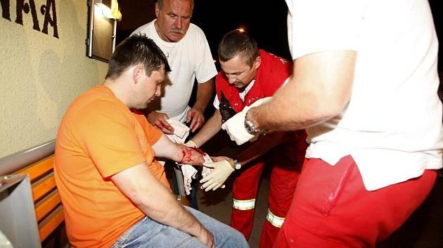 Muž rukou rozbil skleněnou výplň dveří restaurace a způsboil si řeznou ránu na předloktí. I pro něj přijela záchranka