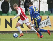 Utkání Fotbalové národní ligy mezi FK Pardubice (ve červenobílém) a FC Vysočina Jihlava (v modrobílém) na hřišti pod Vinicí v Pardubicích.