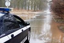 Zaplavená silnice mezi Opatovicemi nad Labem a Vysokou nad Labem.