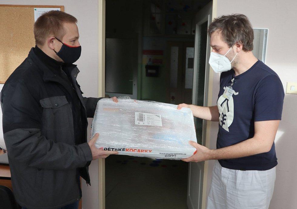 Basketbalisté Beksy spolupracují s Pardubickou nemocnici. Dar v podobě dýchacího přístroje právě předal René Peška.
